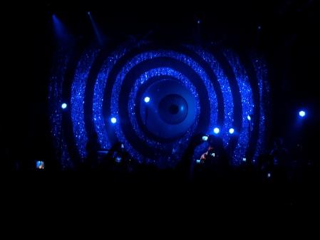 Yeah Yeah Yeah's giant eye @ Shepherds Bush Empire by musicmule.co.uk